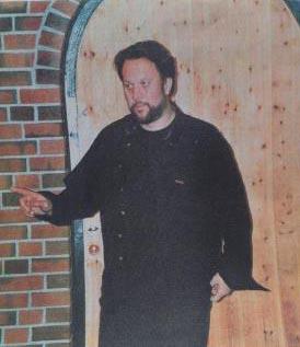 Bjørn Eidsvåg ved Bryne kirke 1999. Foto: Sølve Friestad.