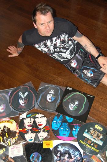 Roger Utsola med en brøkdel av Kiss-effektene han eier, som på dette bildet viser et utvalg av såkalte Picture-discs.