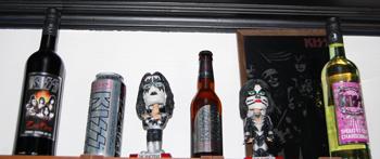 Rogers private samling med både Kiss øl og vin.