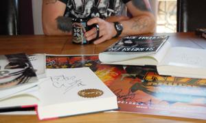 Signerte bøker fra både Frehley og Criss. (Foto: Sølve Friestad).