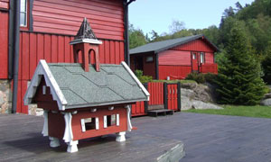 Sånn ser det ut på hytta. Hytteboken ligger i stuen og grillen er på terrassen.