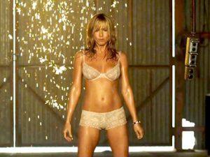 Jada,  Jennifer Aniston stripper to ganger i filmen.
