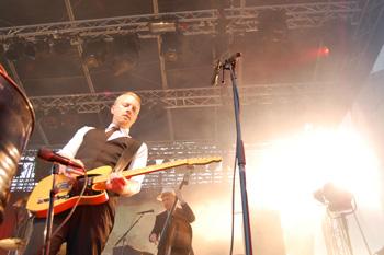 Terje Winterstø Røthing og Kaizers Orchestra på Jærnåttå 2013. (Foto: Sølve Friestad)