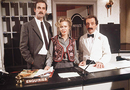 John Cleese var gift med Hotell i Særklasse-skuespilleren Connie Both (Polly i midten) i 10 år.