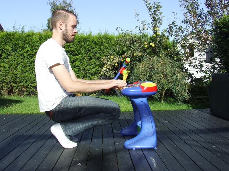 Ken Ove Johansen (T)øver seg på plastikkpiano.