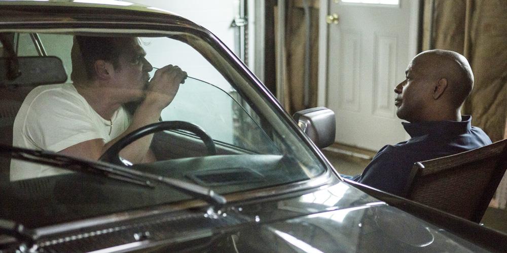 En korrupt politimann i samtale med McCall.