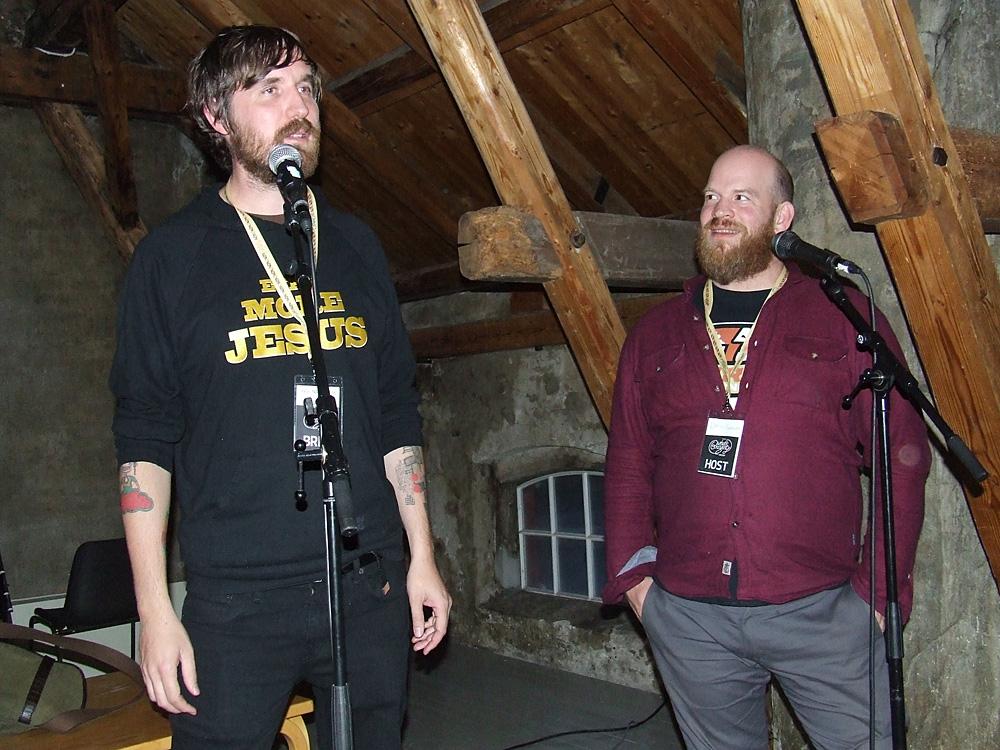 Jeppe Jarnit-Bjergsø og Mike Murphy snakker om øl.
