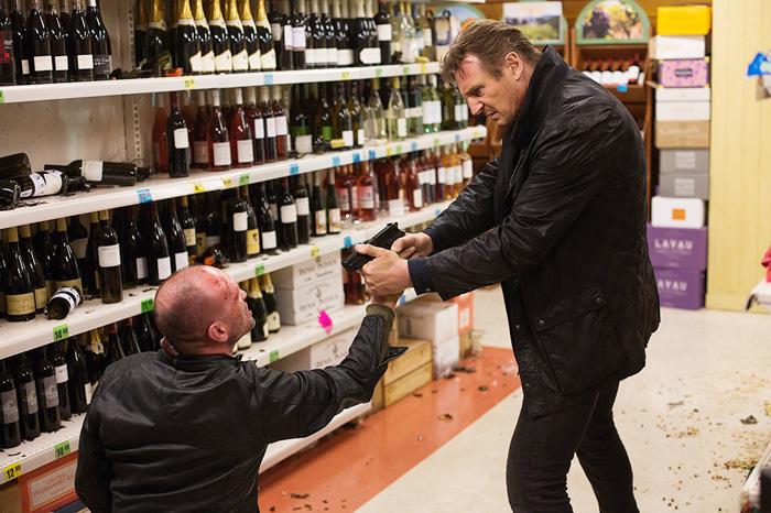 Liam Neeson overbeviser en skurk om at øl er den nye vinen.
