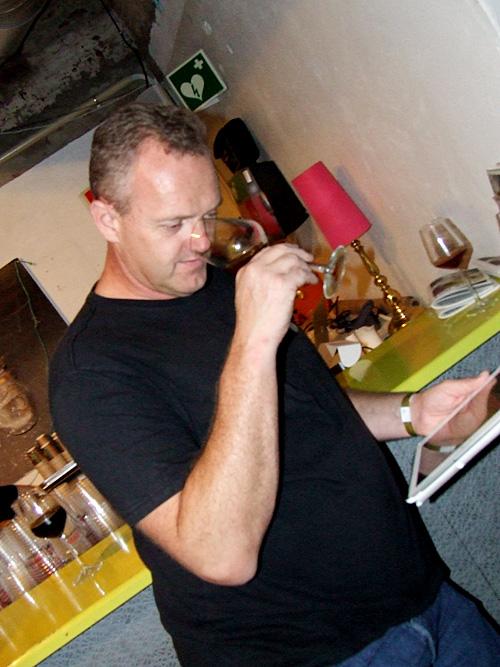 Yngvar Ørebek rater øl på ølfestivalen What´s Brewing 2014. Foto: Sølve Friestad