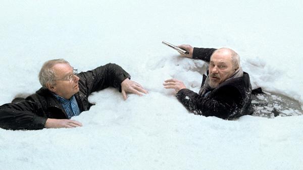 –To menn har falt gjennom isen. De fryser. Harold har en pistol i sin høyre hånd.
