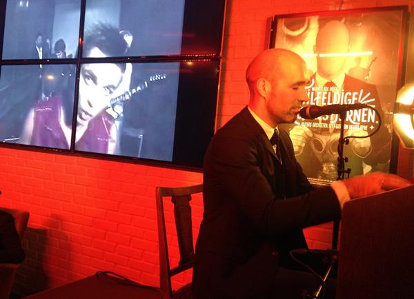 Helge Risa holdt en småsprø solokonsert etter visning.