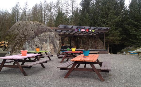 Helgåleiren har et unikt uteområde med fin scene og god sitteplass til publikum. (Foto: Sølve Friestad)
