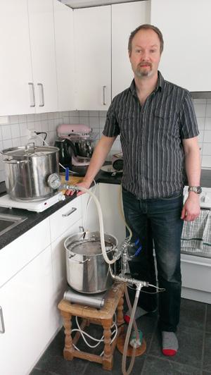 Tore Høgseth brygger hjemme. (Foto: privat).