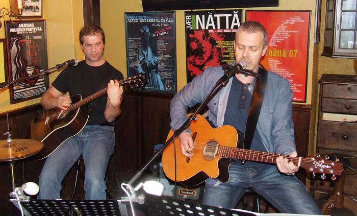 Trubaduoen FOG live. Per Inge til venstre og Eivind Landro (ikke til venstre). Foto: Sølve Friestad