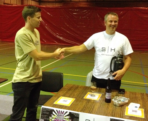 Geir K. Hagen fra Sollihagens Brygghus mottar gjev 1. premie.