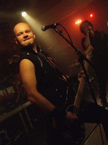 Jonkis Werdal fra Guardians of Time er en dreven musiker som skaper herlig energi fra scenen.