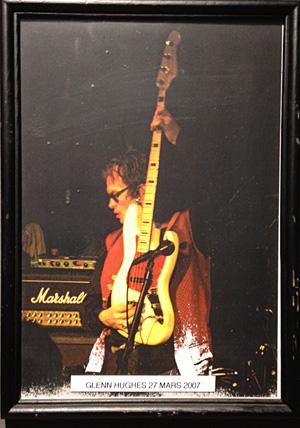 Bilde og signatur av Glenn Hughes fra 2007 er blant bildene som henger på veggen, Tribute