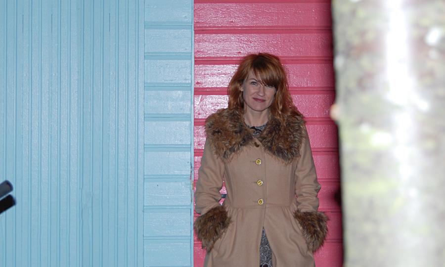 Anne Furubotn. Fargerik artist, fargerik bakgrunn.