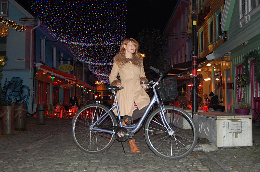 Anne Furubotn, en sykkel og julelys i fargegaten, Stavanger.