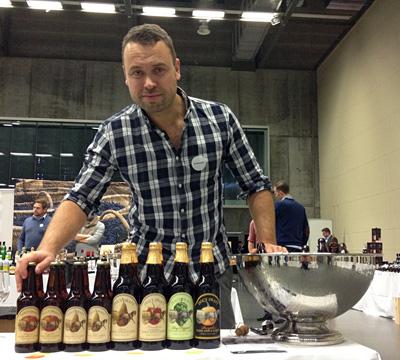 Lars Hunnes med en imponerende rekke cider.