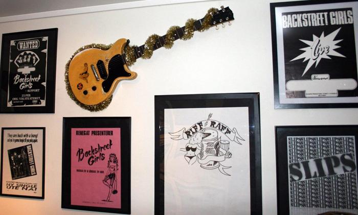 En Gibson Les Paul Junior juler om Backstreet Muséet.