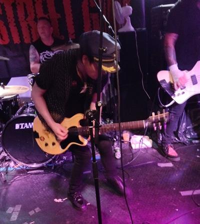 Backstreet Girls på Ambolten oktober 2015. Baarli med Gibson Les Paul Junior som han skulle gi til Tjemsland få uker etterpå. Foto: Sølve Friestad