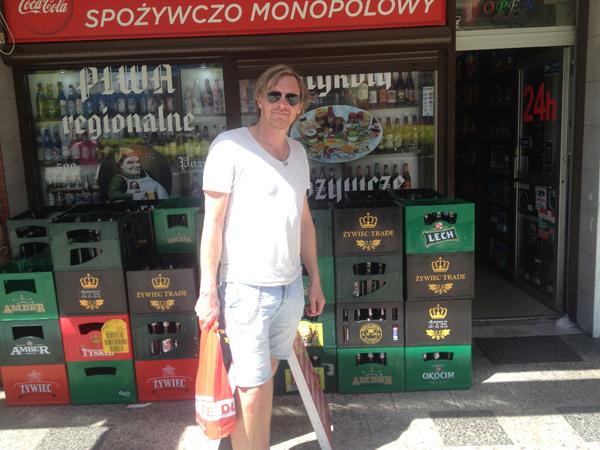 En sympatisk drosjesjåfør står bak kamera mens en uvitende nordmann tror han er i ølbutikken spozywczo momopolowy.